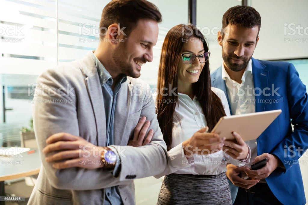 디지털 태블릿을 사용 하 여 사무실에서 기업인의 그림 - 로열티 프리 경영자 스톡 사진