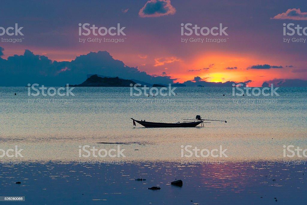 Картина пустая Длиннохвостая лодка на тропическом пляже в стоковое фото