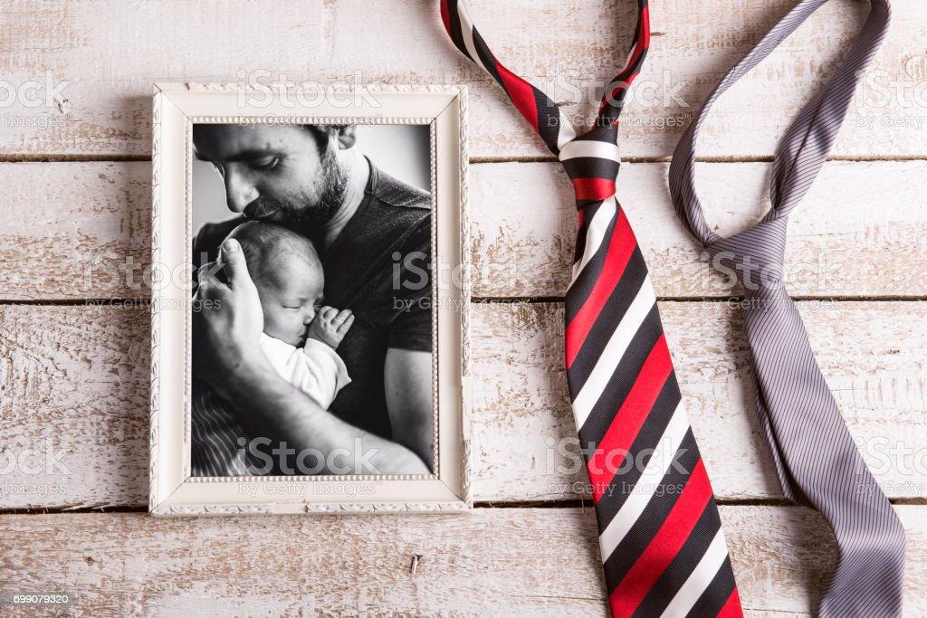 Foto do pai segurando a filha bebê. Dia dos pais. - foto de acervo