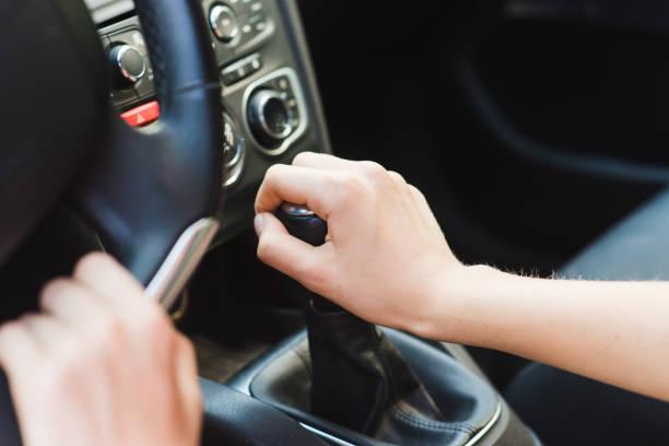 foto de mujer de las manos y palanca de cambios - drive car mode fotografías e imágenes de stock