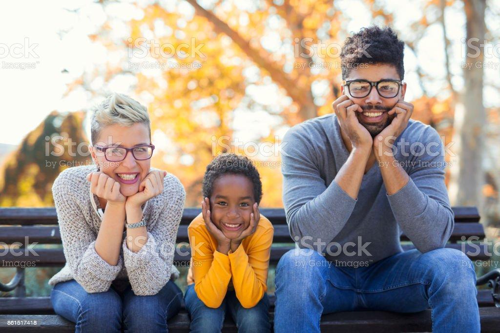 Foto de pareja joven feliz pasar tiempo con su hija - foto de stock