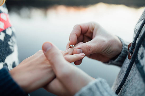 bild von mann putting engagement silber ring mit frau hand - verlobung stock-fotos und bilder