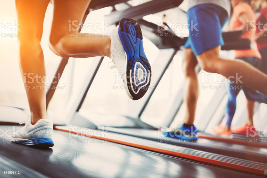 Bild von Menschen, die auf Laufband im Fitnessstudio – Foto