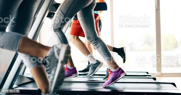 Foto Van Mensen Lopen Op De Loopband In De Sportschool Stockfoto en meer beelden van Afvallen