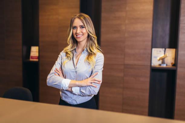 Foto de recepcionista bonita en el trabajo - foto de stock
