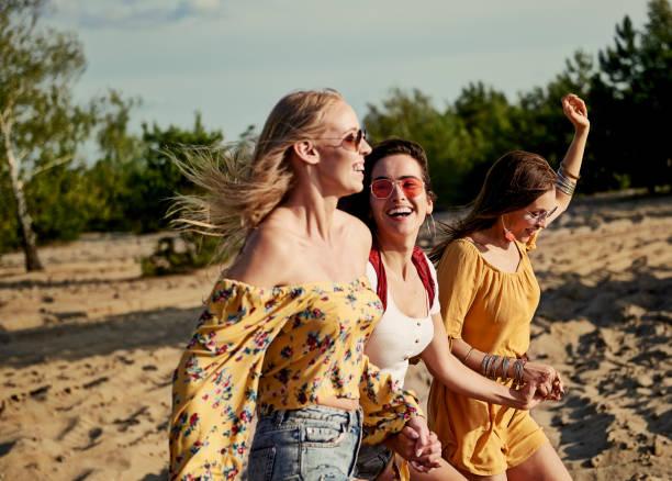 Imagen de mujeres corriendo en la playa - foto de stock