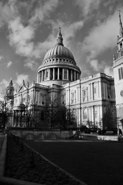 en bild av st paul's cathedral i svartvitt - paul simon bildbanksfoton och bilder