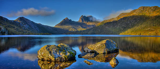 picture of the crystalline dove lake and cradle mountain - tasmania stock pictures, royalty-free photos & images