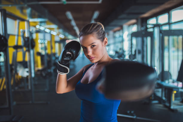 Bild der Frau, die einen Schlag zu tun bewegen in der Turnhalle – Foto