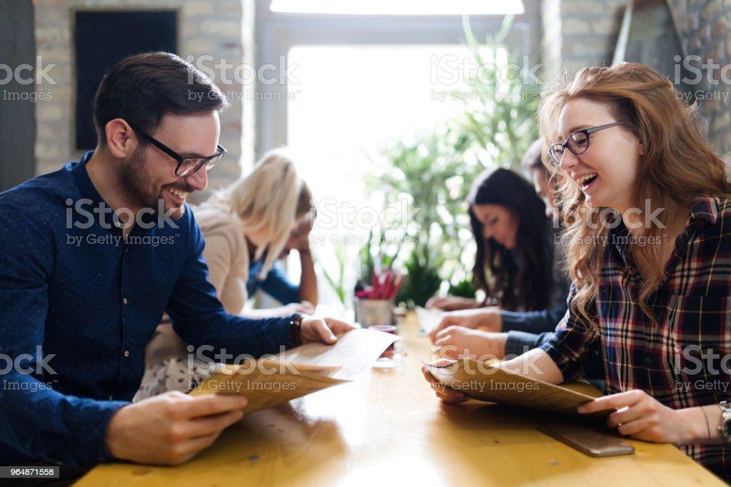 年輕的商業同事在休息的圖片 - 免版稅一起圖庫照片