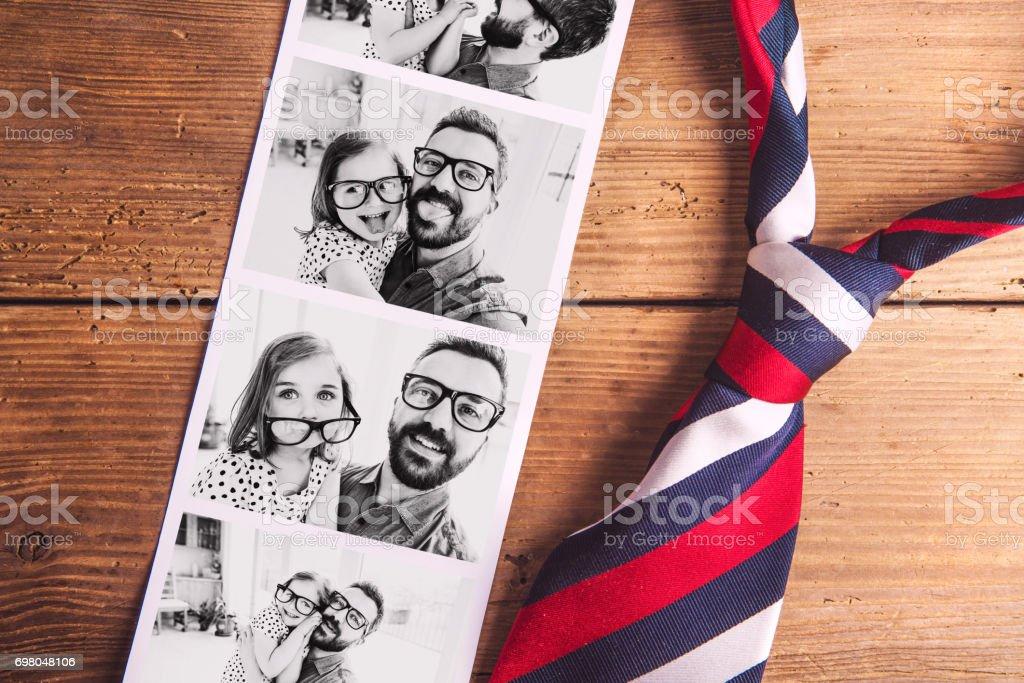 Fotos de pai e filha na tabela. Dia dos pais. Atirou em estúdio. - foto de acervo