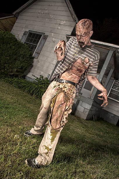 bilder von echten klassiker zombie vor einem old bauernhaus - plants of zombies stock-fotos und bilder