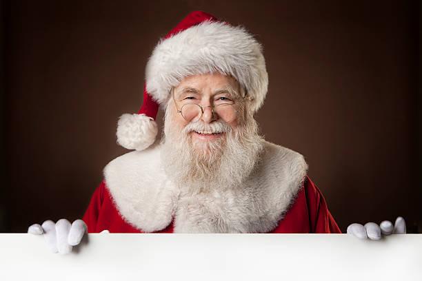 bilder von echten santa claus holding eine leere schild - santa stock-fotos und bilder