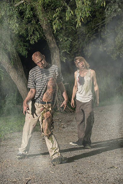 bilder von echten zombie zu fuß in einem nebeligen park - plants of zombies stock-fotos und bilder
