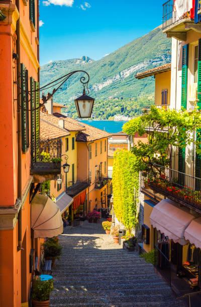 schilderachtige en kleurrijke binnenstad straat in italiaanse bellagio stad - lecco lombardije stockfoto's en -beelden
