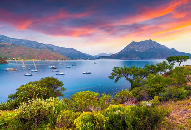 türkiye'de pitoresk akdeniz deniz manzarası. - anadolu stok fotoğraflar ve resimler