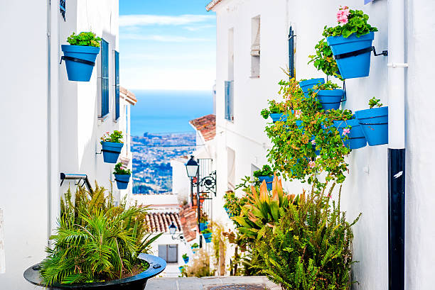 rue pittoresque de mijas - andalousie photos et images de collection