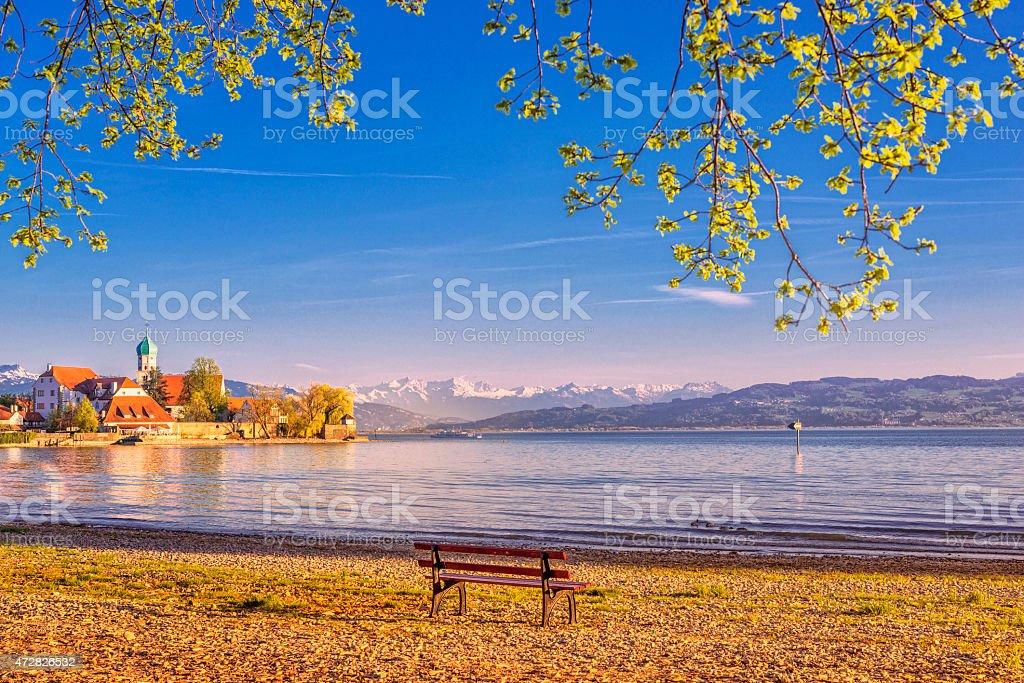 Malerischen Sonnenuntergang am Wasserburg und die Alpen im Lake Constance  – Foto