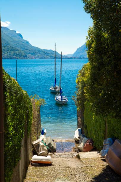 schilderachtig uitzicht op het comomeer in bellagio, itally - lecco lombardije stockfoto's en -beelden