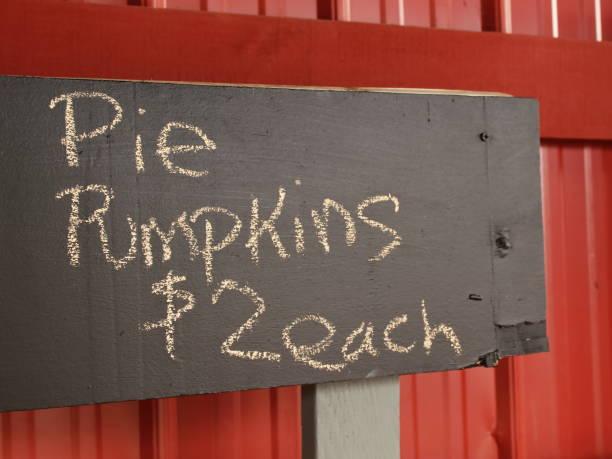 pie pumkins sale sign - pumpkin pie стоковые фото и изображения