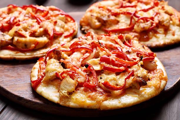 kuchen mit huhn fleisch und gemüse - paprika hähnchen stock-fotos und bilder