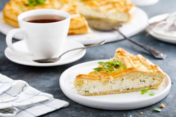 Pie mit gesalzener Frischkäse und Grüns – Foto