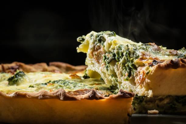 tarte aux épinards et fromage feta, nourriture - quiche photos et images de collection
