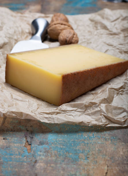 piece of aged comte or gruyere de comte, aoc french cheese made from unpasteurized cow's milk in the franche-comte region of eastern france with traditional methods of production. - ser comte zdjęcia i obrazy z banku zdjęć