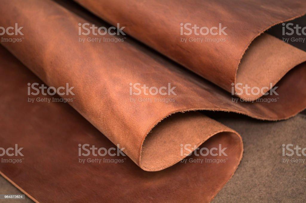 Um pedaço de couro marrom. Textura do material natural - foto de acervo