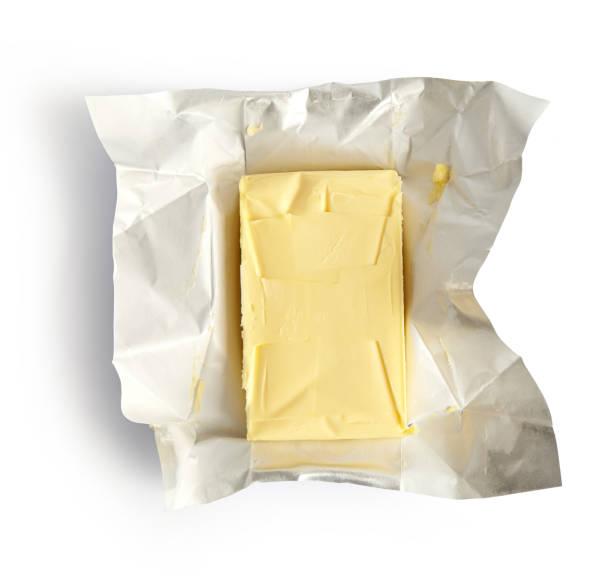 stukje boter geïsoleerd op witte achtergrond, bovenaanzicht - boter stockfoto's en -beelden