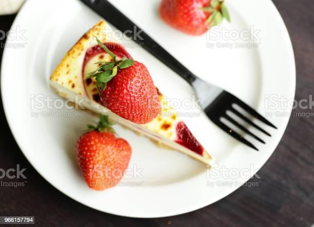 Pezzo Di Torta Cheesecake - Fotografie stock e altre immagini di Bacca