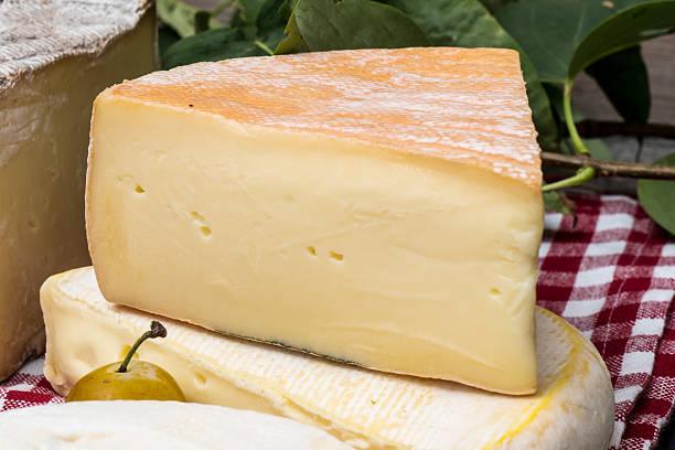 piece of cheese french of mountains - ser comte zdjęcia i obrazy z banku zdjęć