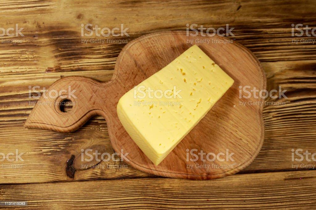 Stück Käse Auf Schneidebrett Auf Holztisch Stockfoto und mehr Bilder ...
