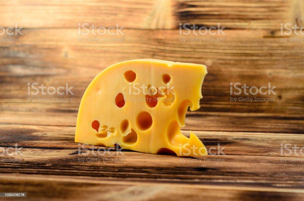 Stück Käse Auf Holztisch Stockfoto und mehr Bilder von Agrarbetrieb ...