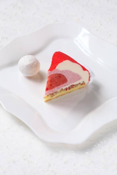 zeitgenössische erdbeermousse-torte - weihnachtsmannhüte aus erdbeeren stock-fotos und bilder