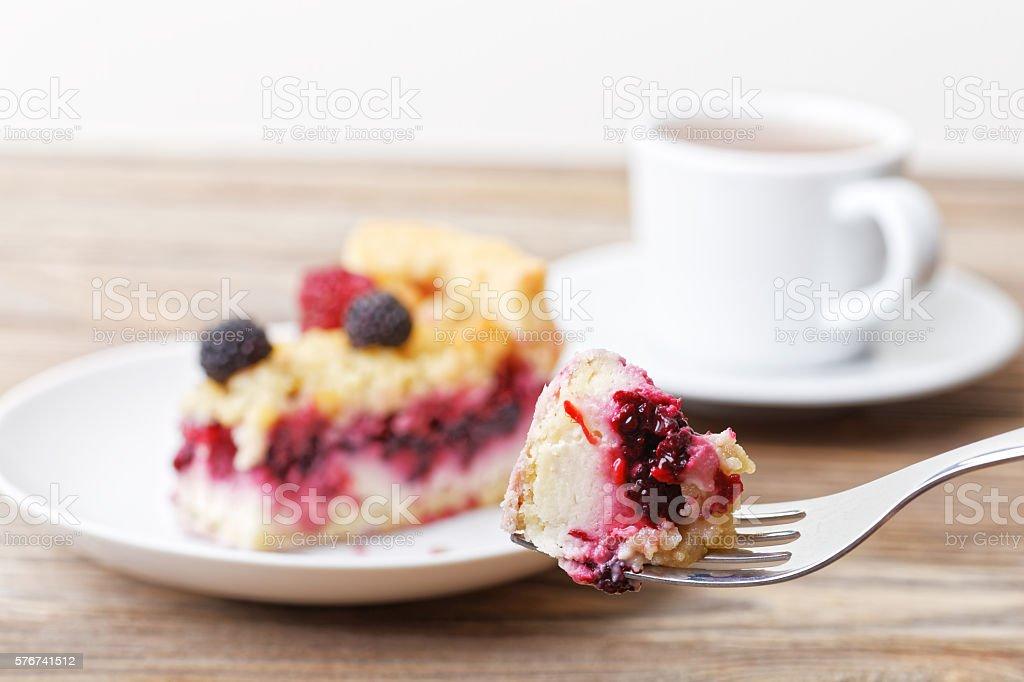 Piece of raspberry tart pie with curd cream and shtreyzel – Foto