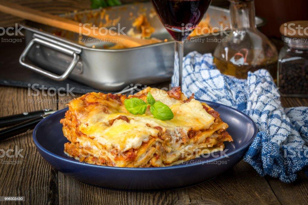 Stück leckeren heißen Lasagne mit Rotwein ablöschen. – Foto