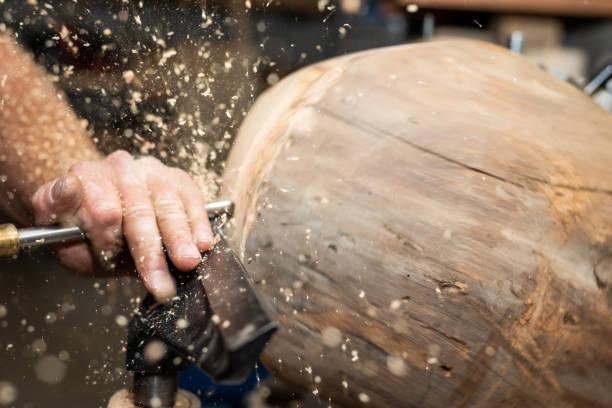 Stück Holz dreht sich um Holzschale mit Dreherei Maschine erstellen – Foto