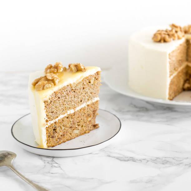 hochzeit oder geburtstag zuckerfrei und gluten frei kuchen mit salzigem karamell und nüssen auf marmor hintergrund. vegan food konzept - zuckerfreie lebensmittel stock-fotos und bilder