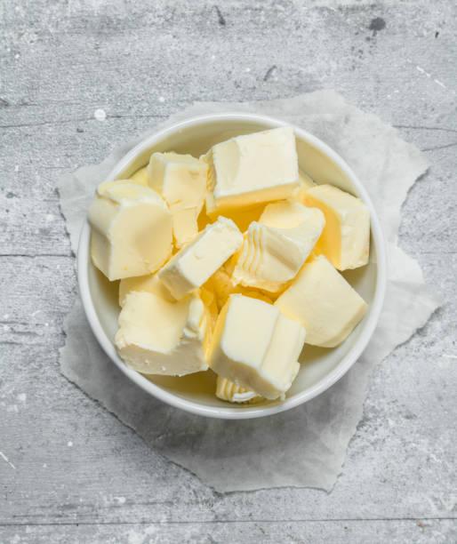 stukjes boter in de kom - boter stockfoto's en -beelden