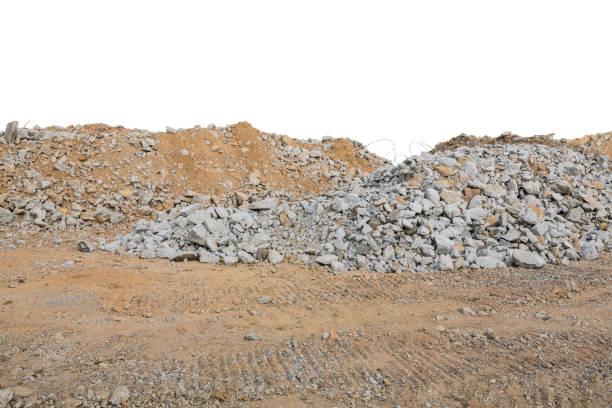 stücke von beton und ziegel bauschutt schutt auf baustelle isoliert auf weiss - betonwerkstein stock-fotos und bilder