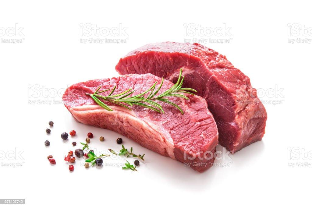 Pedaços de carne de bovino assado cru com ingredientes - foto de acervo