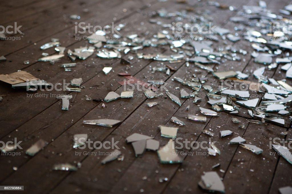 Pedazos de vidrio roto o de espejo - foto de stock