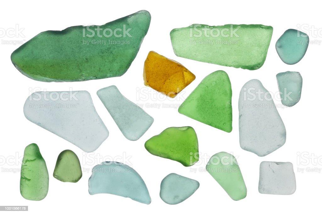 Kleine, farbige Flasche Glassplitter werden in Wellen der Ostsee gedreht. Isoliert – Foto