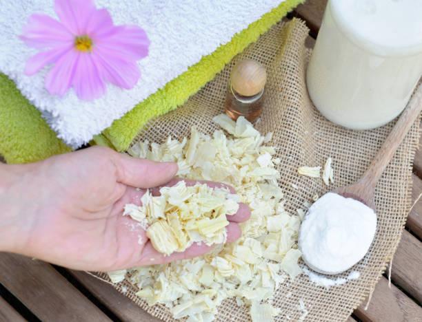 trozos de jabón en una mano de una mujer a la lavandería casera - foto de stock