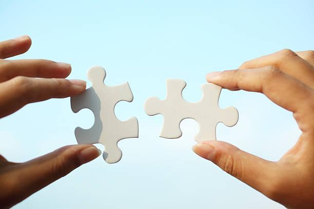 piecing juntos puzzle - cosas que van juntas fotografías e imágenes de stock