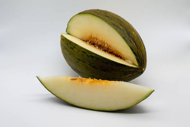 Piel de sapo Melone und eine Scheibe auf weißem Hintergrund – Foto