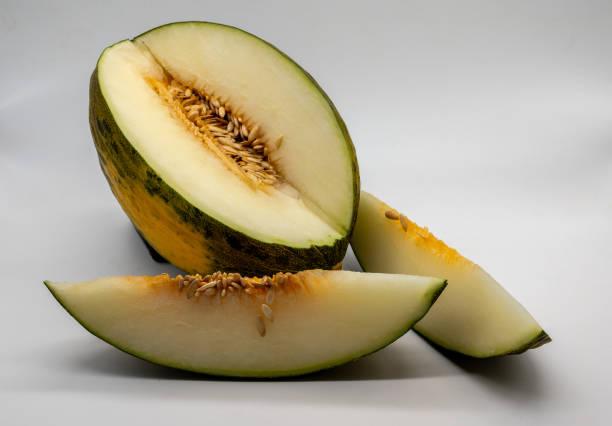 Piel de sapo Melone und zwei Scheiben auf weißem Hintergrund – Foto