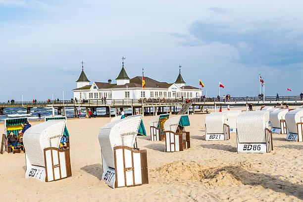 pier und strand von ahlbeck in der ostsee auf usedom - usedom stock-fotos und bilder