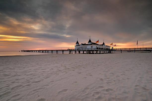 pier vor sonnenaufgang, der ostsee, ahlbeck, heringsdorf deutschland (natur) - usedom stock-fotos und bilder
